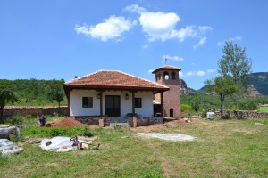 Първата построена сграда на Боровишкия манастир.