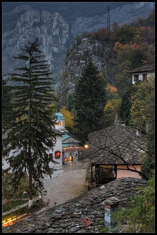 Черепишкия манастир през есента на 2008г. Една от първите ми читави снимки, чист късмет ,че е привечер, тогава изобщо не знаех кога и как да снимам.