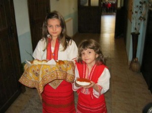 И най-малките в семейството вече се учат как трябва да бъдат посрещани туристите - с хляб и сол.