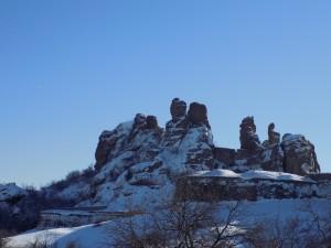 Скалите под снега - червеният им цвят е покрит под бялото