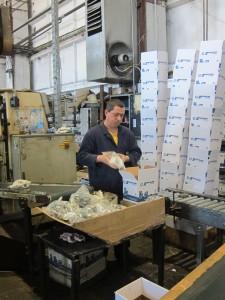Опаковане на готовата продукция. Монтанското дружество продава и в Испания, където компанията-майка има други заводи. Българските фитинги се пласират и там под собствена марка.
