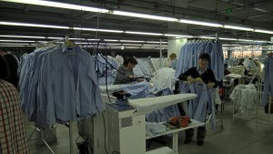 Готова продукция от луксозни мъжки ризи | снимка: Slam Group