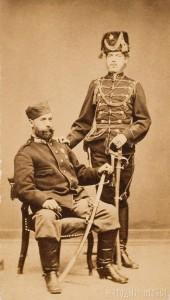 Димитри Караджич (седнал) и племеника му Янко